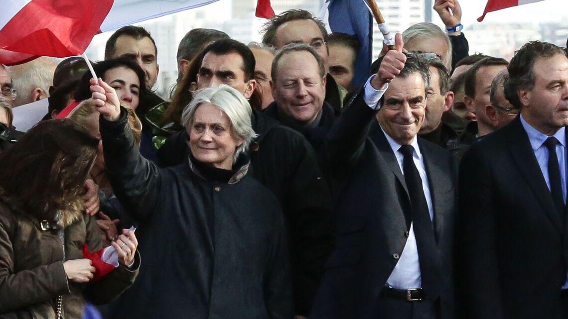 VIDEO – Penelope Fillon rejoint François Fillon sur scène au Trocadéro