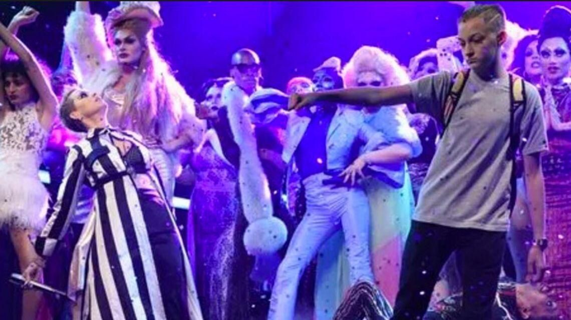 """VIDÉO – Katy Perry se fait voler la vedette par le """"garçon au sac à dos"""""""