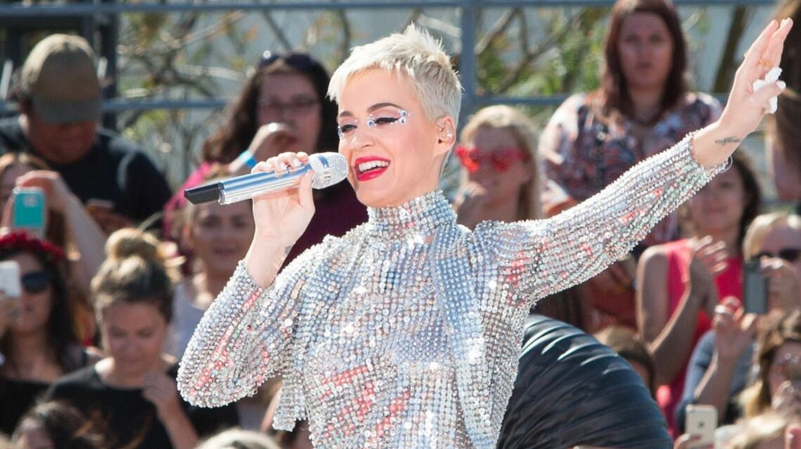 VIDEO – Katy Perry craque sa combinaison en plein concert
