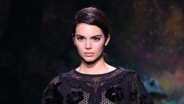 VIDEO – Kendall Jenner en difficulté à la sortie du défilé couture Fendi