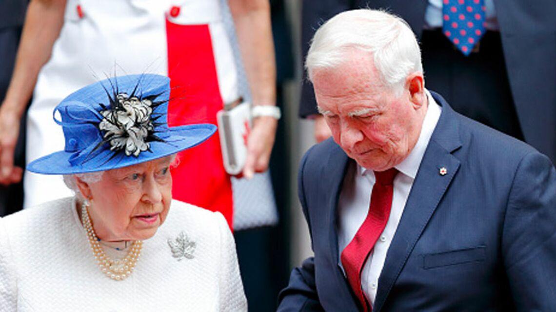 VIDEO- Le gouverneur du Canada, David Johnston, commet un crime de lèse-majesté avec la reine d'Angleterre