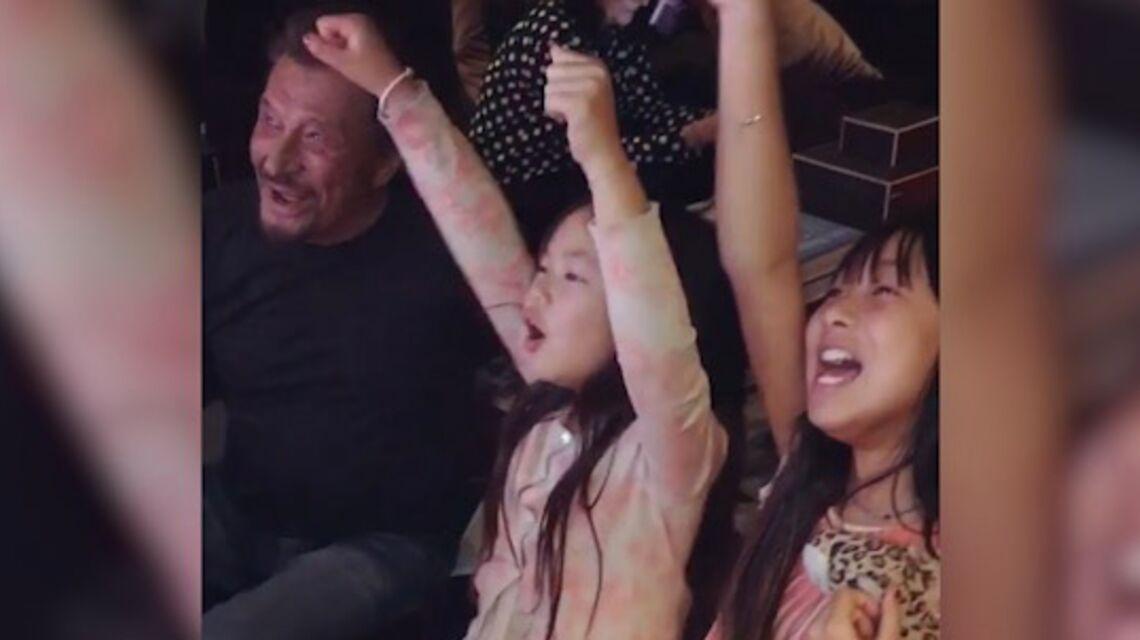 VIDEO – Johnny Hallyday et ses filles se mettent au karaoké