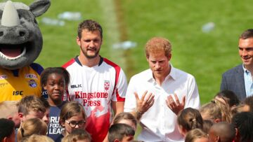 VIDEO- Le prince Harry joue au rugby avec un rhinocéros