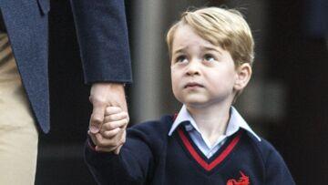VIDEO – Très intimidé pour sa rentrée, George ne lâche pas la main du prince William