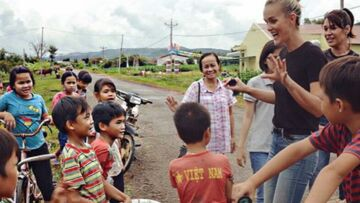 VIDEO – Suivez Laeticia Hallyday en voyage humanitaire au Vietnam