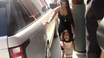 VIDEO- North West, la fille de Kim Kardashian, hurle contre les paparazzis