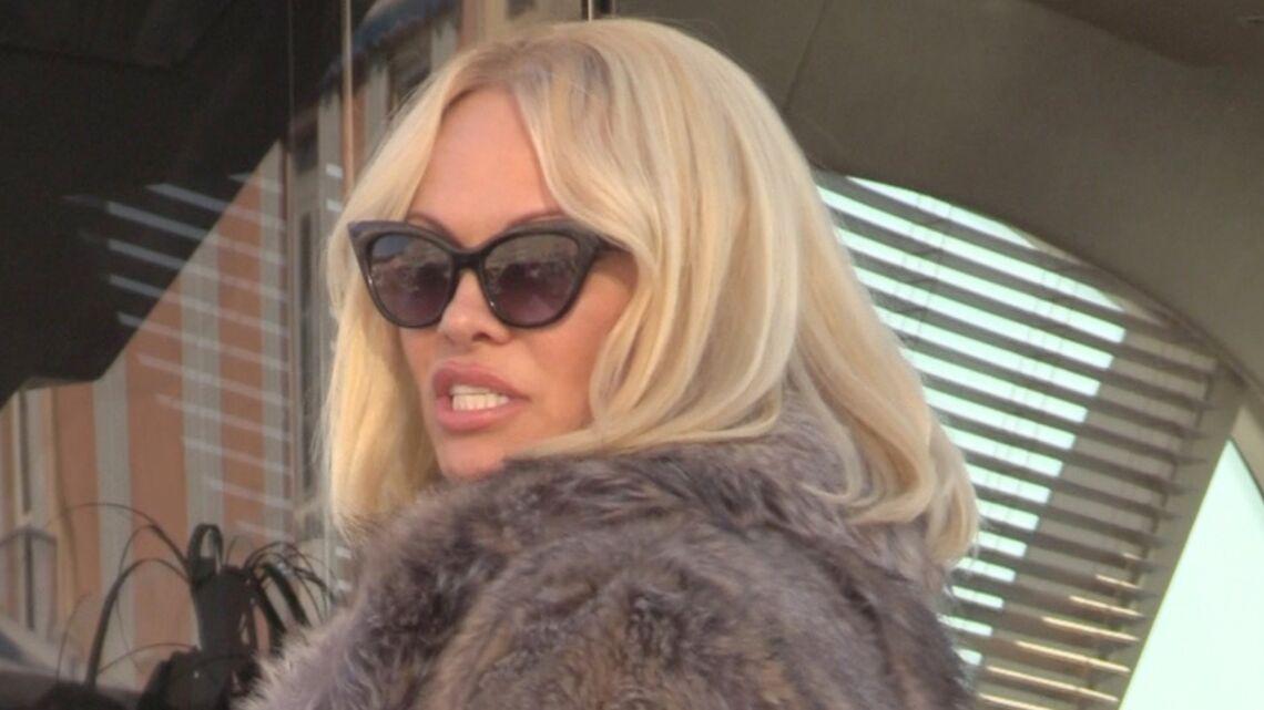 VIDEO – Pamela Anderson, sexy en fourrure à St-Tropez, elle évite la polémique
