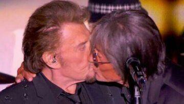 VIDEO – Revivez le moment où Jacques Dutronc embrasse sur la bouche Johnny Hallyday en plein concert des Vieilles Canailles