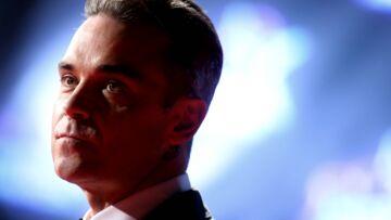 VIDEO – Robbie Williams touche ses fans… et il s'en lave les mains!