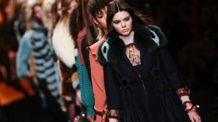 020d2e50bc1 Vidéo – Fashion Week   Kendall Jenner mène la danse chez Fendi - Gala