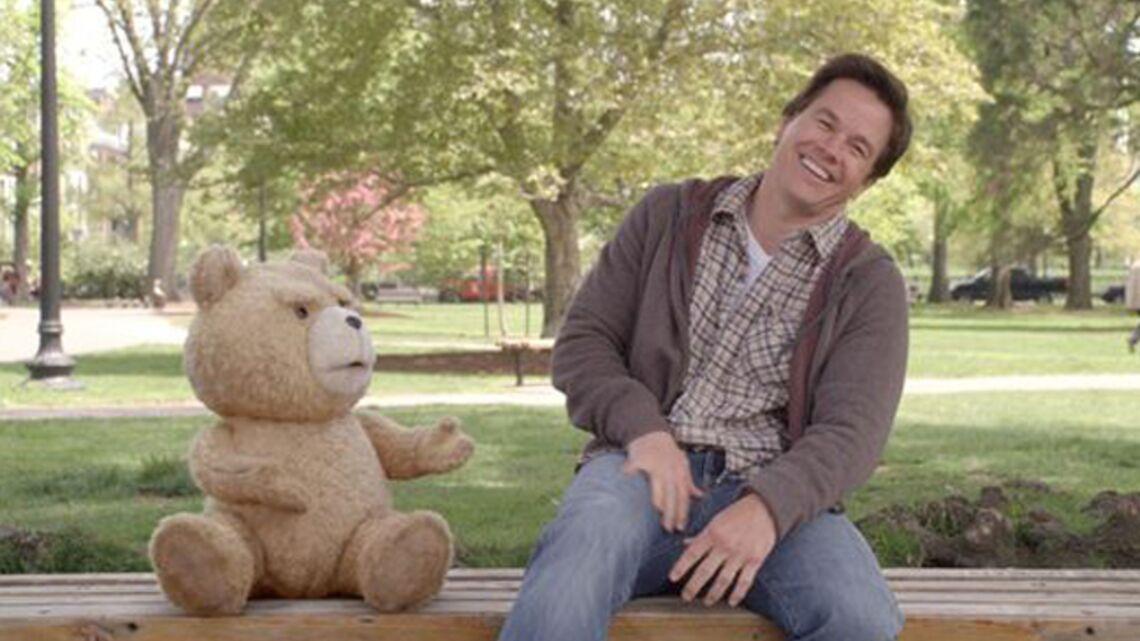 Vidéo – Mark Wahlberg ne quitte plus son ours en peluche