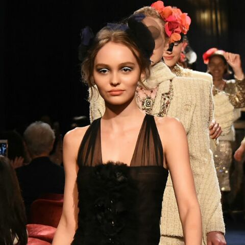 A qui sourit Lily-Rose alors qu'elle est en train de défiler pour Chanel?