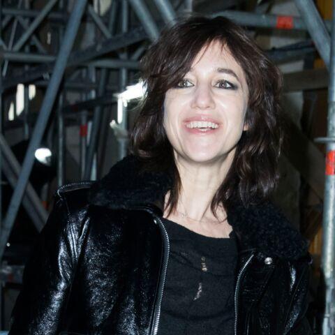 PHOTOS – Charlotte Gainsbourg parade en total look cuir au défilé Saint Laurent