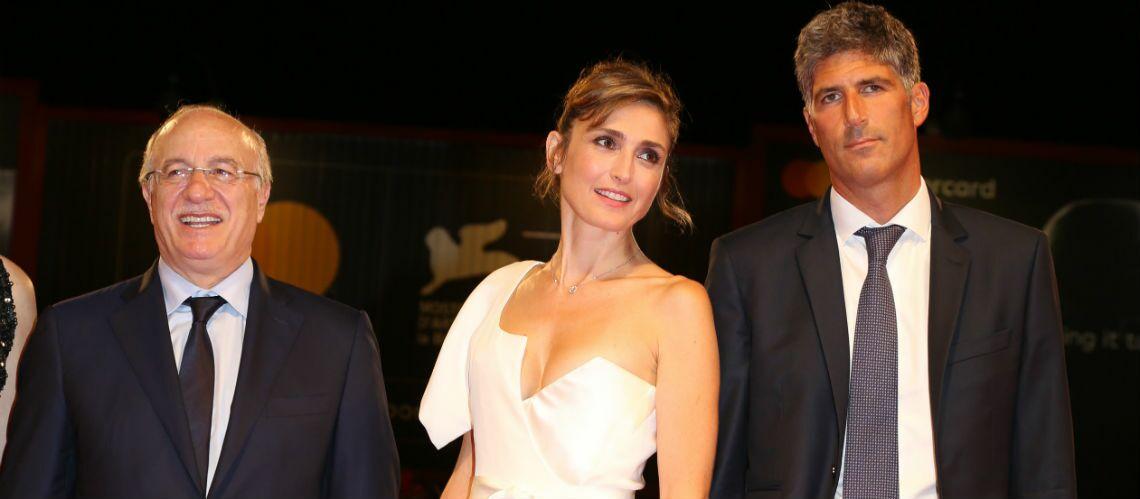 PHOTOS – Julie Gayet: ultra glamour en robe fendue et décolletée sur le tapis rouge de Venise