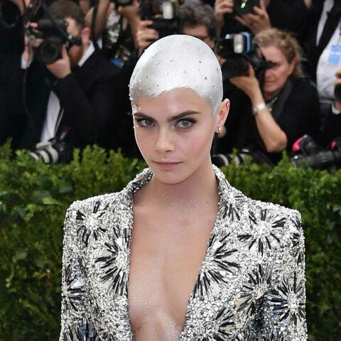 PHOTOS – Cara Delevingne: le crâne rasé et argenté, elle affiche un look futuriste au Met Ball