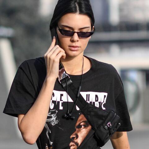PHOTOS – Kendall Jenner remet le sac banane à la mode