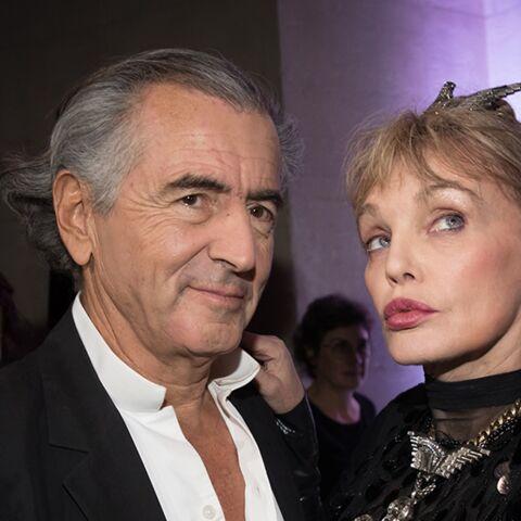 """Arielle Dombasle, sa confidence coquine sur Bernard-Henri Lévy: """"Nous dansons tous les soirs dans notre lit"""""""
