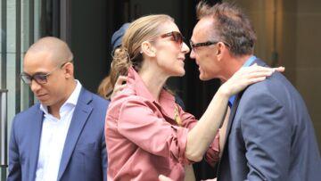 """PHOTOS – Céline Dion: chic en tenue rose """"millenial"""", elle fait une mini-fête d'anniversaire à son garde du corps devant son hôtel"""