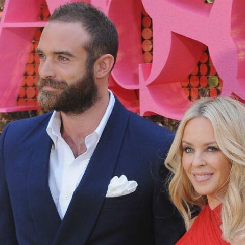 PHOTOS – Kylie Minogue, trompée, met son compagnon à la porte et rompt ses fiançailles