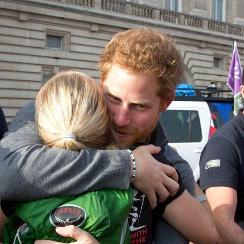 Le prince Harry ému dans les bras d'une vétérante d'Afghanistan