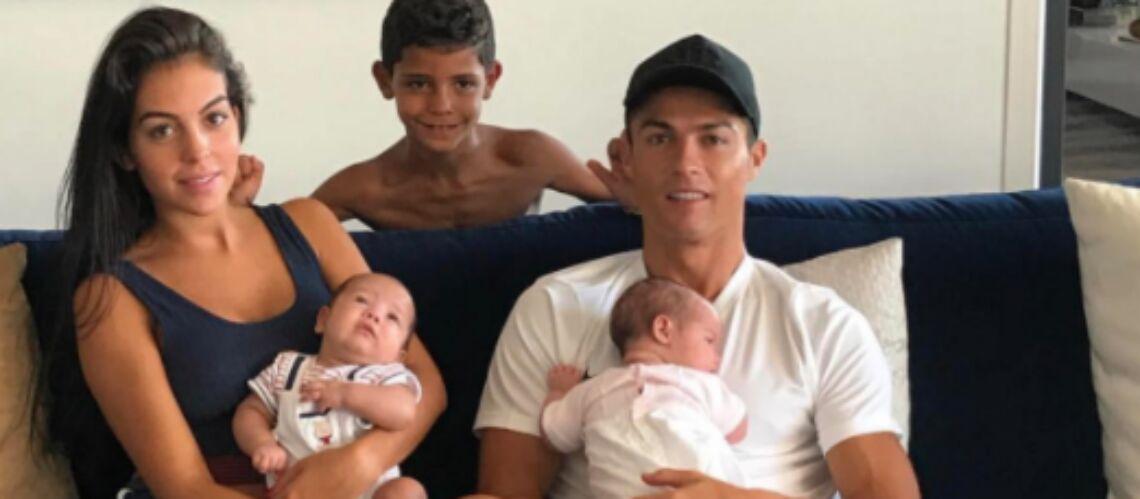 PHOTOS – Cristiano Ronaldo et sa petite famille, Zahia fesses à l'air, Johnny Hallyday se prélasse au bord de sa piscine … Hot, insolite ou drôle, la semaine des stars en images