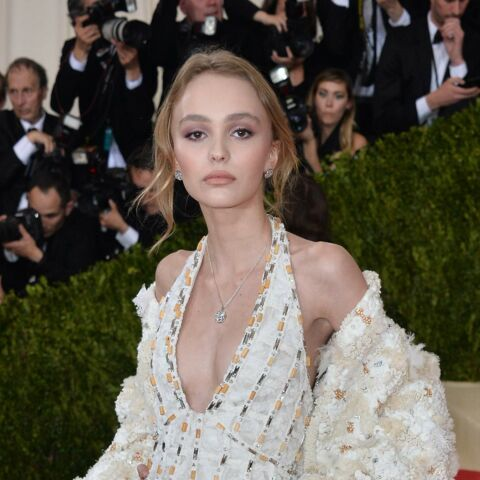 PHOTOS – Sideboob et décolleté: Lily-Rose Depp fait une arrivée remarquée au Festival de Cannes