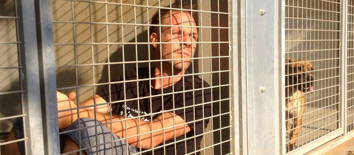 L'humoriste Rémi Gaillard s'enferme comme un chien dans une cage de la SPA