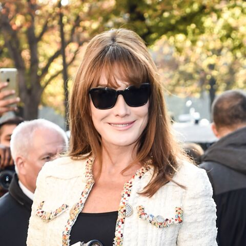 Paris Fashion Week – Carla Bruni affiche sa sculpturale silhouette chez Chanel