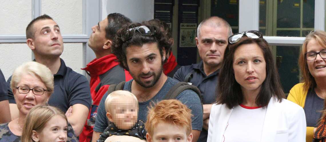 PHOTOS – Natasha St-Pier emmène son fils Bixente et son mari chez les pompiers