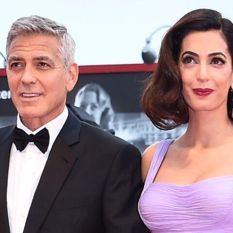 PHOTOS – George et Amal Clooney quittent leur hotel à Venise avec leurs bébés dans leur couffin