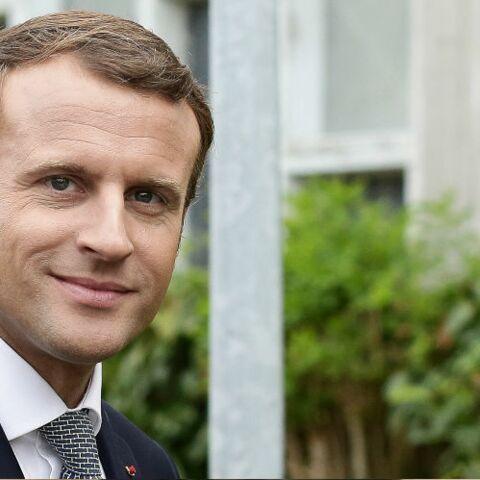 PHOTOS – Décontracté, Emmanuel Macron fait sa rentrée en visitant une école