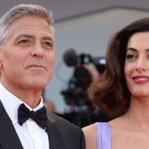 PHOTOS – Amal Clooney: coupe au carré rétro et robe bustier, la nouvelle maman illumine le tapis rouge de la Mostra