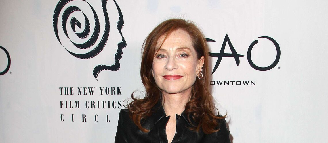 PHOTOS – Isabelle Huppert élégante dans une robe en cuir au New York Film Critics Circle Awards