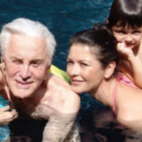PHOTOS – Kirk Douglas, 100 ans, passe du bon temps avec ses petits-enfants, David Hallyday et ses deux filles, Ricky Martin et son compagnon, amoureux… Hot, insolite ou drôle, la semaine des stars en images