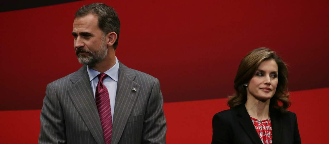 Le roi Felipe VI et la reine Letizia d'Espagne s'apprêtent à parler au micro