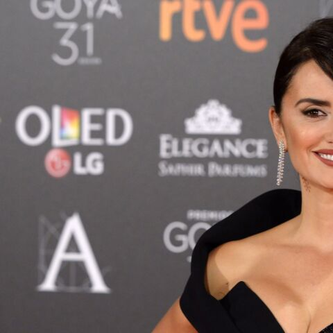 PHOTOS – Penelope Cruz, sexy en robe fourreau fendue, s'empare des Goya Awards