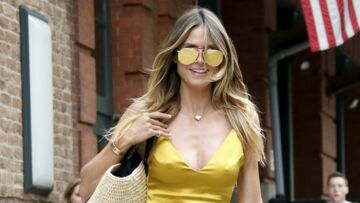 PHOTOS – Heidi Klum canon en robe jaune à lacets et lunettes de soleil assorties