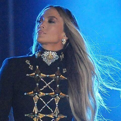 PHOTOS – Jennifer Lopez ultra sexy: son costume de scène dévoile (presque) tout
