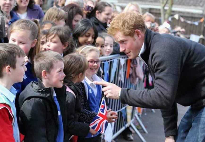 Le prince s'amuse avec ses petits fans