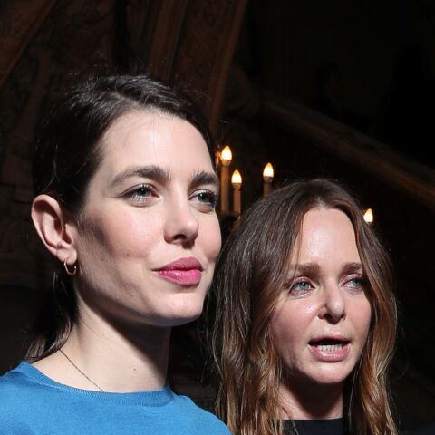 PHOTOS – Charlotte Casiraghi : bouche gourmande et queue-de-cheval plaquée au défilé Stella McCartney