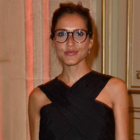 PHOTOS – Joyce Jonathan, très studieuse avec ses lunettes de vue et son chignon  en soirée