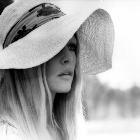 Photos – Féminine capeline, de Brigitte Bardot à Blake Lively