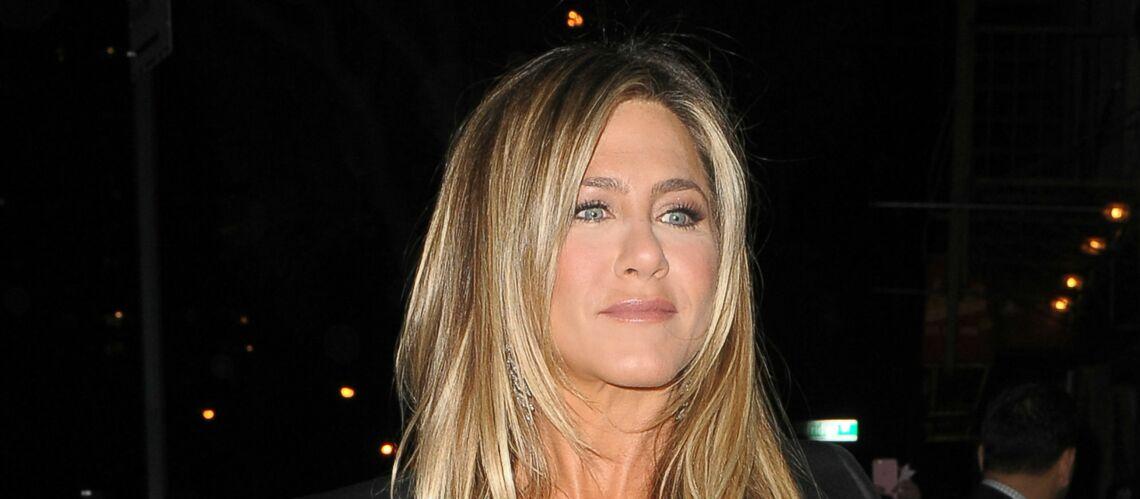 PHOTOS – Jennifer Aniston dévoile par erreur l'étiquette au prix exorbitant de sa veste