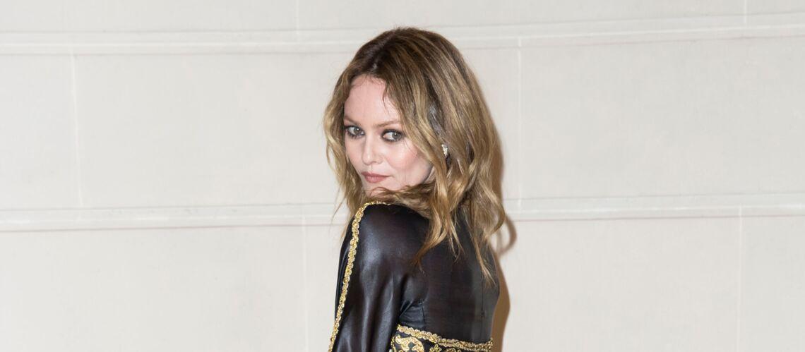 PHOTOS – Vanessa Paradis se la joue rock en robe fendue chez Chanel