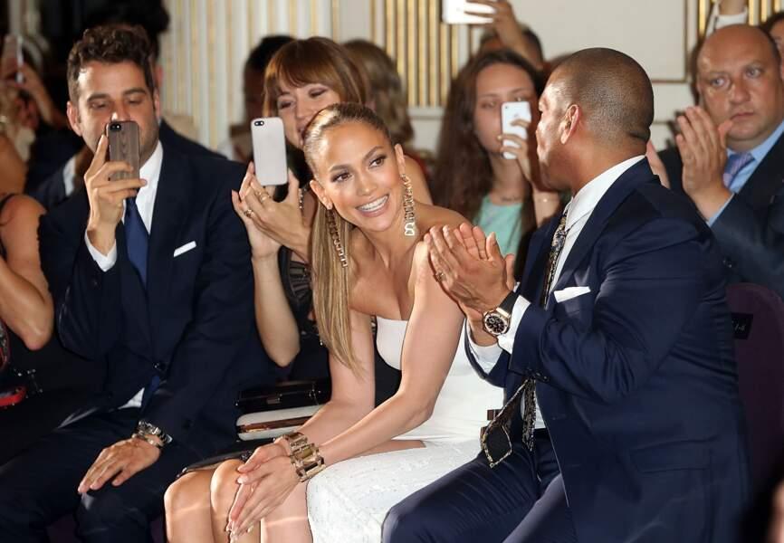 La chanteuse est acclamée à Paris aux premiers rangs du défilé Atelier Versace