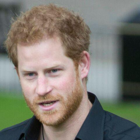 VIDEO – Le prince Harry embrasse une fan et émeut la toile