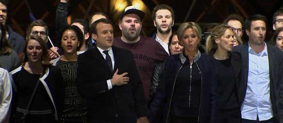 PHOTOS – Emmanuel Macron entouré de sa famille pour sa victoire, son épouse Brigitte en larmes sur scène