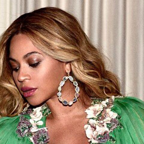 PHOTOS – Beyoncé, enceinte, prend la pose en décolleté et accessoires bling-bling
