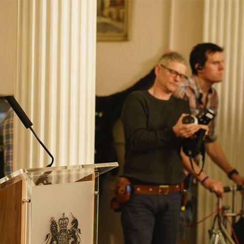 PHOTOS- Hugh Grant toujours séduisant dans la suite de Love actually