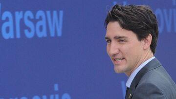 Torse nu à la plage, Justin Trudeau vole la vedette aux jeunes mariés